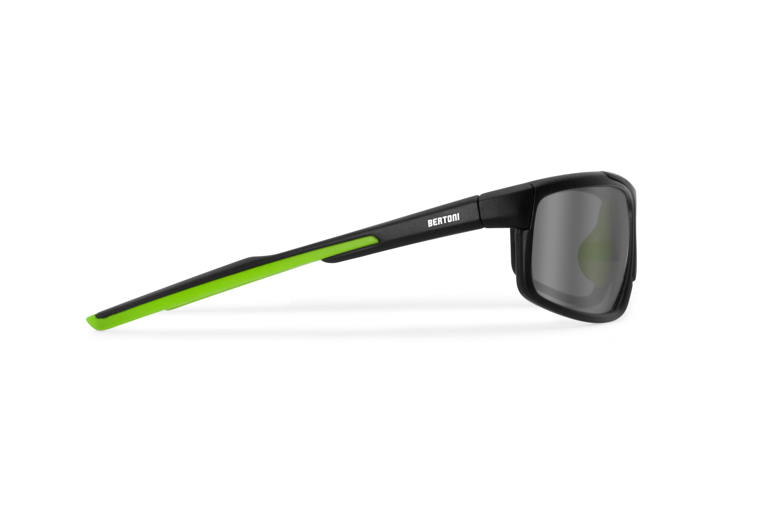 Occhiali fotocromatici polarizzati sportivi ciclismo golf running - lenti antifog - nasello regolabile - by Bertoni Italy P180FTM  - nero opaco / verde acido